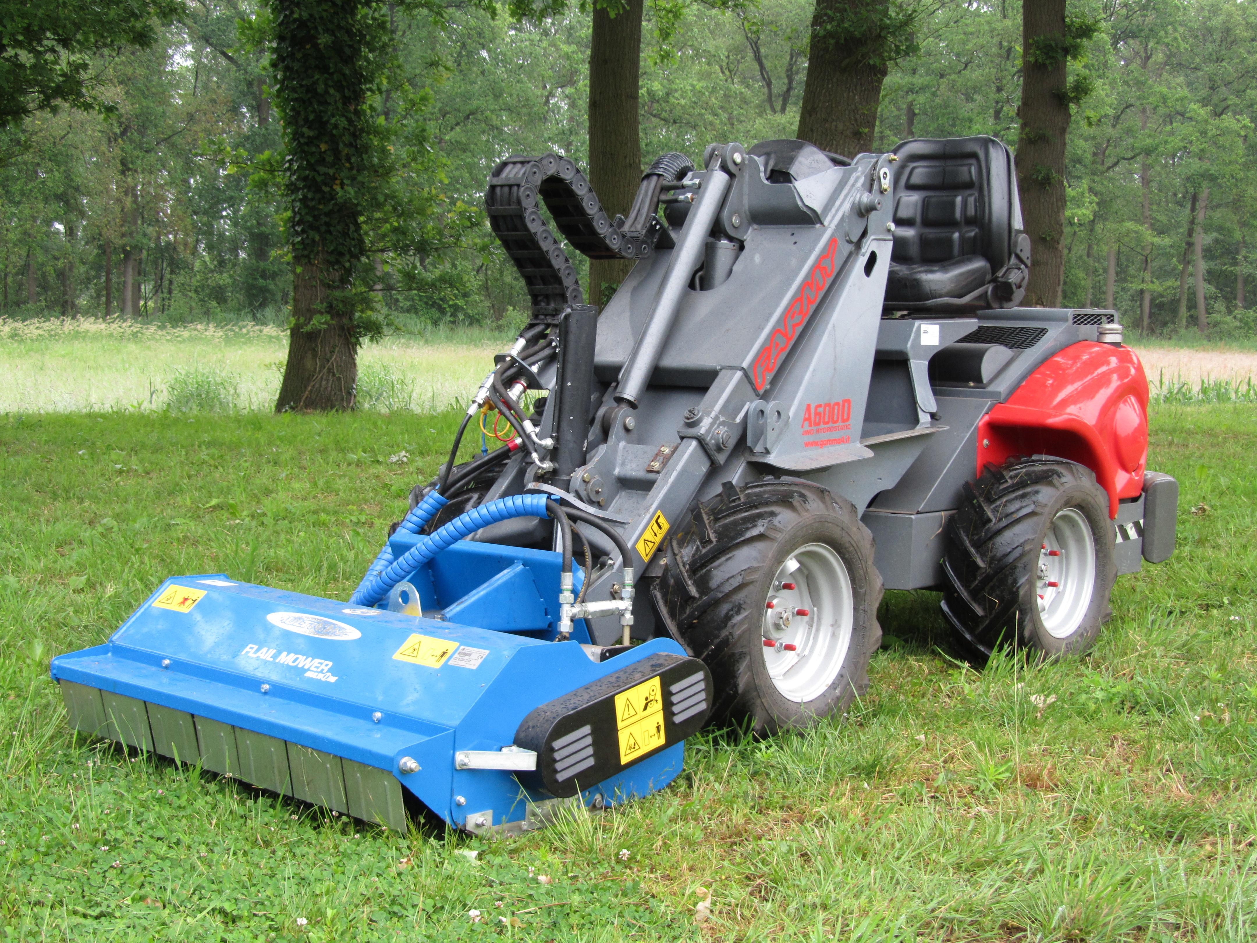 Mini shovel met klepel maaier veel gebruikt voor het maaien van bospaden of langer gras, door het mulsche systeem vind u zo bijna niks terug van het gemaaide gras